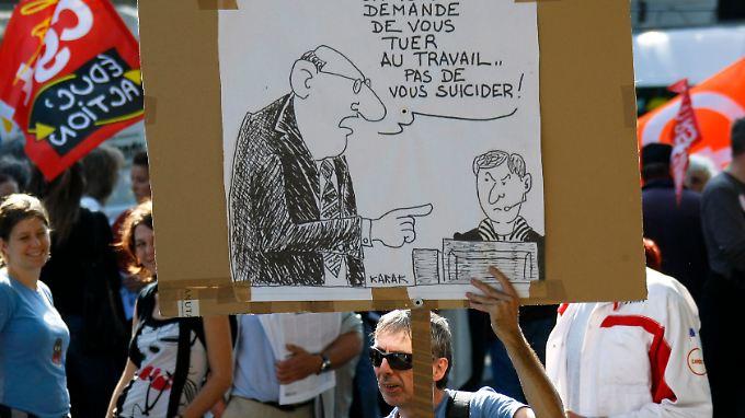 """Ein Plakat bei einer Demonstration 2009: """"France Télécom räumt ein: Wir fordern euch auf, euch zu Tode zu arbeiten, nicht Suizid zu begehen""""."""