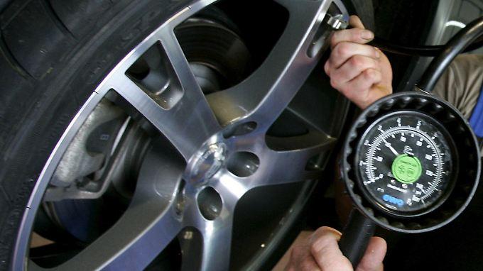 Alle 14 Tage, aber mindestens alle vier Wochen sollten Kraftfahrer den Luftdruck der Reifen ihres Fahrzeuges prüfen.