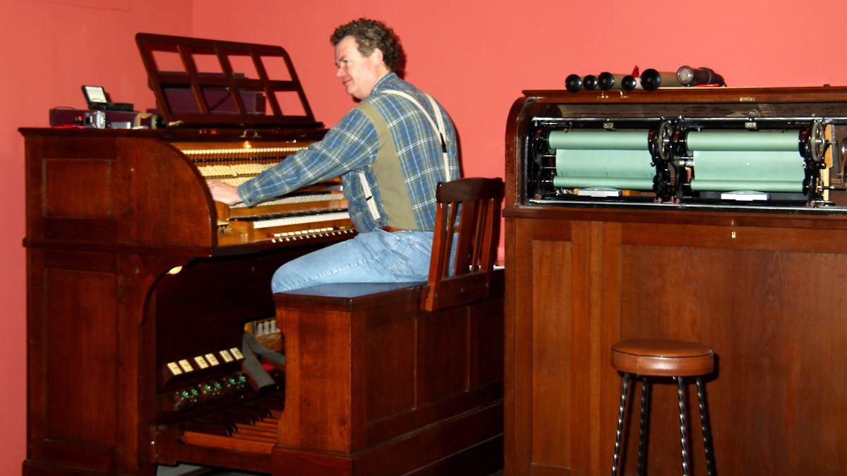 rarit t restauriert alte kino orgel spielt wieder n. Black Bedroom Furniture Sets. Home Design Ideas