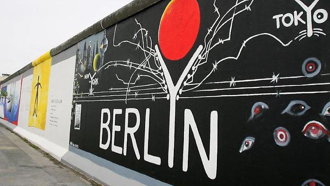 Ein Teil der Berliner Mauer in Berlin. Zum 20. Jahrestag des Mauerfalls haben acht Mauerstücke auch in Los Angeles einen neuen Platz gefunden.