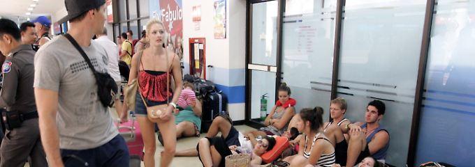 Phuket International Airport: Mehrere hundert junge Australier hängen am Flughafen fest.