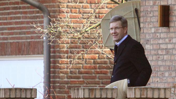 Christian Wulff am Montag vor seinem Haus in Großburgwedel bei Hannover.