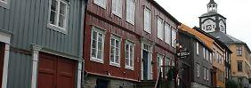 Die farbigen Holzhäuser sind typisch für Røros - 1980 nahm die Unesco das Städtchen in die Liste des Weltkulturerbes auf.