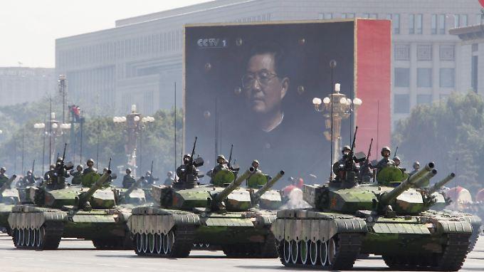 Panzer auf einer Militärparade in Peking.