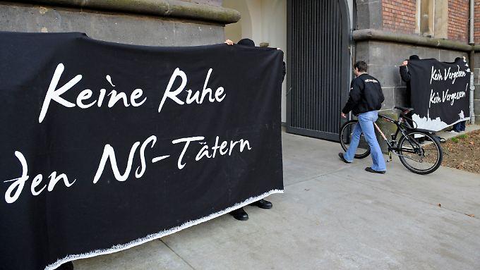 Aktivisten protestieren vor dem Prozess gegen den ehemaligen SS-Mann Heinrich Boere vor dem Landgericht in Aachen.