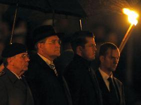 Stabwechsel: Guttenberg (zweiter von rechts) und sein Vorgänger Jung beim Zapfenstreich.
