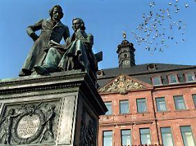 Das Denkmal der Gebrüder Jakob und Wilhelm Grimm vor dem Rathaus auf dem Marktplatz in Hanau.