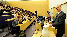 Douglas Wigdor spricht vor Studenten in Cambridge.