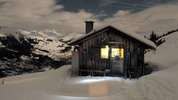 Verschneite Berghütte im Schweizer Obersaxen.
