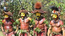 Die traditionellen Huli-Männer leben abgeschieden im Hochland Papua-Neuguineas um sich vor hexerischen Fähigkeiten der Frauen zu schützen.