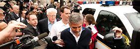 Kino-Held Clooney, der sich seit Jahren für die Menschen im Sudan einsetzt, wird auf einer Protestaktion verhaftet.