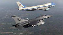 Die Air Force One wird von einem Abfangjäger begleitet.