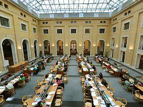 "Freihandlesesaal der ""Bibliotheca Albertina""."