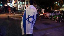 In Tel Aviv versammelten sich zahlreiche Menschen zu einer Solidaritätsbekundung für die Angehörigen der Opfer.