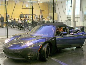 Matthias Busse freut sich über einen neuen Tesla: Der Projektkoordinator für Elektrofahrzeuge und Professor am Fraunhofer-Institut für Fertigungstechnik und angewandte Materialforschung (IFAM), nahm den serienreifen Elektro-Sportwagen Anfang November zu Forschungszwecken in Empfang.