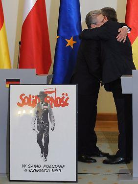Herzlicher Empfang: Gauck und Komorowski im März dieses Jahres. In Gaucks Wohnung und im Präsidentenpalast hängt das Solidarnosc-Plakat.