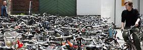 Fahrräder sollten immer an einen festen Gegenstand gekettet werden - aber nicht an fremde Räder.