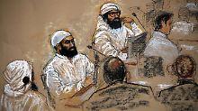 Die Gerichtszeichnung aus dem Juli 2009 zeigt drei der fünf mutmaßlichen Drahtzieher der Terroranschläge vom 11. September 2001 -  Walid bin Attasch, Ali Abdel Asis Ali und Mustafa Ahmed al-Hausawi (von links) - bei einer Anhörung im US-Gefangenenlager Guantanamo Bay.