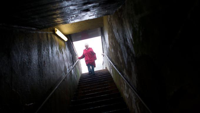 Über eine lange Treppe geht die Helgoländerin Erni Rickmers in den Bunker.