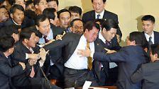 Wenn Plenarsäle zu Boxbuden werden: Prügel-Politiker liefern sich Nahkämpfe