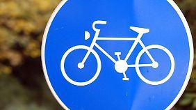 Das blaue Radwegsschild darf laut Urteil des Oberverwaltungsgerichts nur in Ausnahmefällen aufgestellt werden.