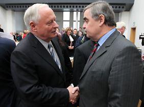 "Ministerpräsident Peter Müller (CDU) sagte, politisch trennten beide zwar Welten, ""aber hier geht es um den Menschen Oskar Lafontaine. Und dem Menschen Oskar Lafontaine wünsche ich alles Gute."""