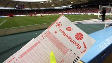 Schätzungen zufolge werden jährlich mehr als 100 Milliarden Euro auf Fußballspiele gewettet.