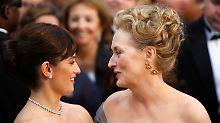 Zeit für ein Küsschen: die Schauspielerinnen Cruz (l.) und Streep.
