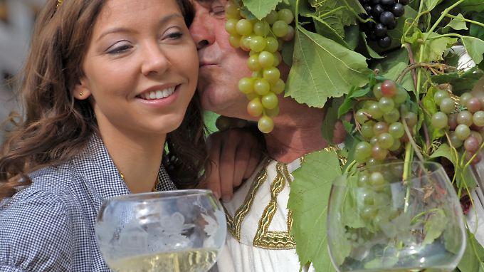Die sächsische Weinkönigin Annegret Föllner wirbt mit Bacchus für den veredelten Rebensaft des Freistaates.