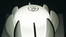 """Eine LED-Birne mit dem Logo von General Electric leuchtet im Haupquartier """"Nela Park"""" der Unternehmenstochter GE Lighting in East Cleveland."""