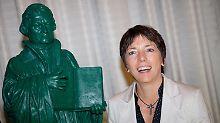 Margot Käßmann posiert neben Martin Luther.