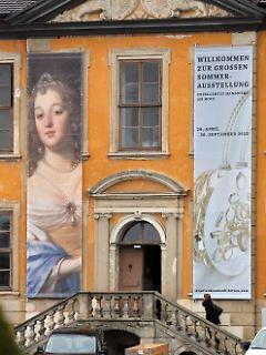Große Transparente weisen auf die Ausstellung im Schloss Oranienbaum hin.