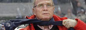 Bedient: Uli Hoeneß hat die Abteiligung Attacke wiedereröffnet, um nicht den nächsten Münchner Triple-Traum frühzeitig platzen zu sehen.
