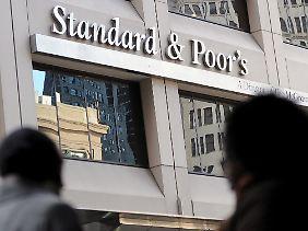 Standard & Poor's sieht die weitere Entwicklung Spaniens negativ.