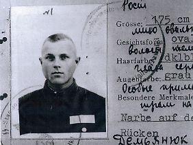 """Der Dienstausweis von Iwan """"John"""" Demjanjuk, den er als """"Wachmann"""" 1942 bekommen hat. Ein Eintrag lautet: """"27.3.43 Sobibor""""."""