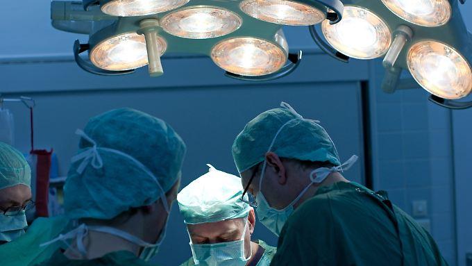 Ein Operationsteam bei der Arbeit.