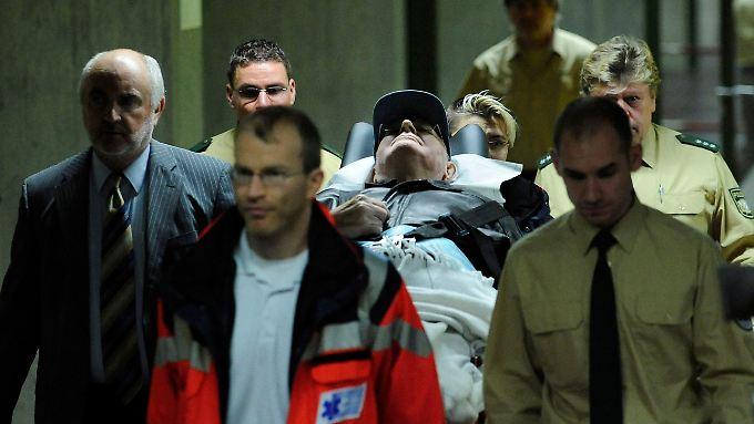 Demjanjuk wird am zweiten Prozesstag in den Gerichtssaal gebracht.