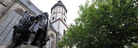 Das Bronze-Denkmal von Johann-Sebastian Bach auf dem Leipziger Thomaskirchhof vor der Thomaskirche.