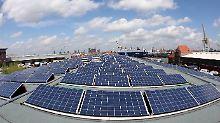 Strom vom Industriedach: In Hamburg trägt der historische Kaischuppen im Hafen die größte Solar-Anlage der Hansestadt.