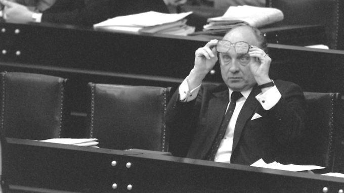 Der damalige Wirtschaftsmiinister am 9. Dezember 1983 im Bundestag in Bonn. Lambsdorff war einer der Hauptverantwortlichen für den Koalitionswechsel zur Union.