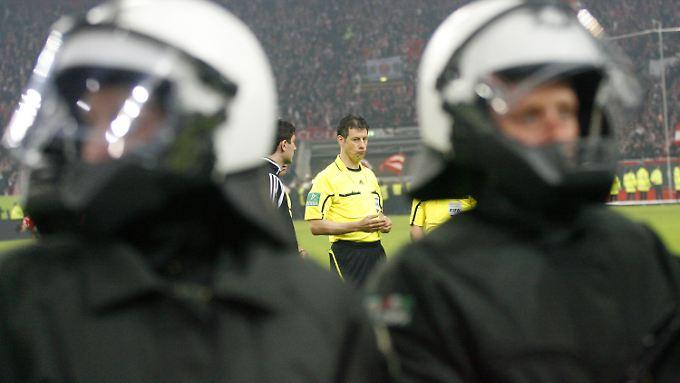 Weitermachen oder abbrechen? Schiedsrichter Wolfgang Stark entschied sich dafür, das Spiel wieder anzupfeifen.