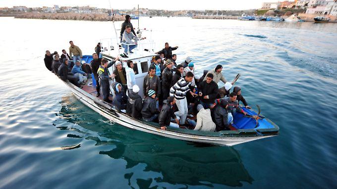 Flüchtlinge aus Afrika kommen häufig auf der italienischen Insel Lampedusa an. Viele von ihnen werden abgeschoben, andere bleiben illegal in der EU.