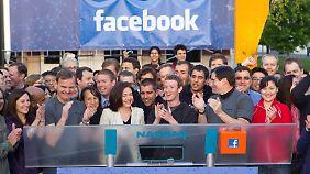 Facebook legt Nasdaq lahm: Zuckerberg feiert Börsengang