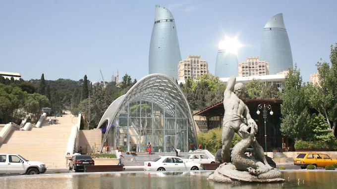 Ein Brunnen in der Innenstadt von Baku, die Flametowers im Hintergrund.