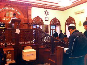 Junge Männer beten in der jüdischen Synagoge in Krasnaja Sloboda.