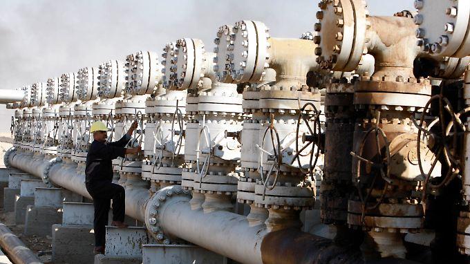 Ein Ölarbeiter auf einem irakischen Ölfeld südlich von Basra.