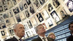 Beim Besuch der Gedenkstätte Yad Vashem zeigte sich Gauck tief berührt.