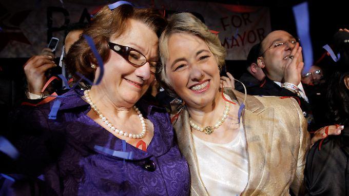 Annise Parker (r) freut sich gemeinsam mit ihrer Partnerin Kathy Hubbard über ihren Sieg.