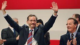 Auf dem Bundesparteitag der SPD in Karlsruhe wird Platzeck auch von seinem Vorgänger Franz Müntefering (r.) beklatscht.