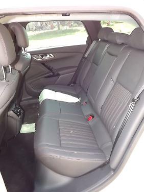 Vor allem aber bietet das Peugeot-Flaggschiff auf allen Sitzreihen üppig bemessenen Platz und ein luftiges Raumgefühl.